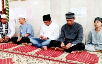 Anggota DPRD Barito Utara, H Taufik Nugraha, Lahmudin, dan Mustafa Joyo Muchtar saat bersama Ustadz Syafrullah berbuka puasa bersama di Masjid Agung, Jalan Piere Tandean, Muara Teweh, Sabtu (10/6/2017)