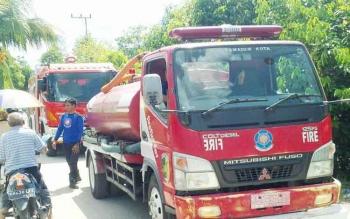 Petugas pemadam kebakaran ketika berada di Jalan Hiu Putih VIII, Minggu (11/6/2017).