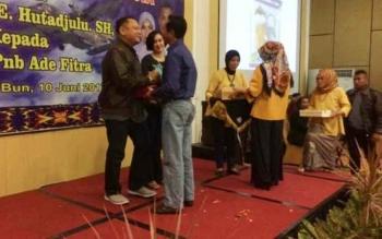 Mantan Danlanud Iskandar Letkol Pnb Ucok Enrico Hutadjulu menyalami tamu undangan dalam acara pisah sambut Danlanud Iskandar Pangkalan Bun.