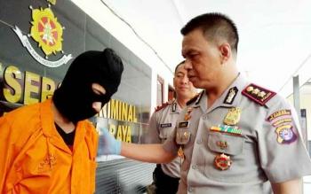 Kapolres Palangka Raya AKBP Lili Warli menginterogasi tersangka, Yan, Minggu (11/6/2017).