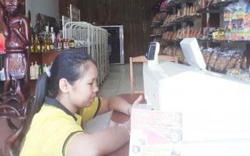 Siah, pemilik Rumah Oleh-oleh Istana Jelawat, Sampit.