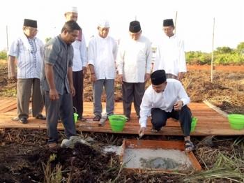 Wakil Bupati Sukamara Windu Subagio meletakkan batu pertama pembangunan USB SMP Muhammadiyah Sukamara, Minggu (11/6/2017).