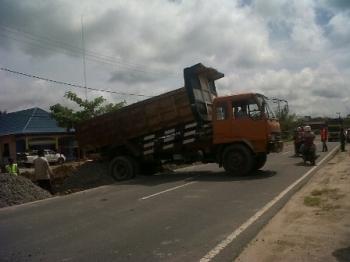 Satu unit dum truk menurunkan material agregat A di Jalan Trans Kalimantan wilayah Kota Kasongan, Kabupaten Katingan, beberapa waktu lalu.