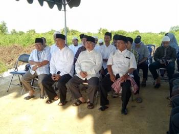 Wakil Bupati Sukamara Windu Subagio (dua kanan) saat menghadiri acara peletakan batu pertama pembangunan USB SMP Muhammadiya, Minggu (11/6/2017).