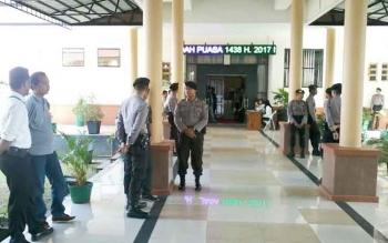Sejumlah aparat Kepolisian berjaga di depan pintu ruangan sidang DPRD Katingan, Senin (12/6/2017)