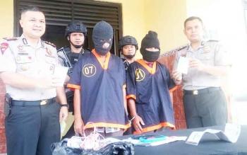 Plh Kapolres Kobar AKBP Ramon Z Ginting (kiri) dan Wakapolres Kobar Kompol Dhovan Oktavianto (kanan) memperlihatkan barang bukti narkoba jenis sabu seberat 150 gram atau 1,5 ons