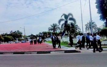 Ratusan kepala sekolah yang rencananya hari ini dikukuhkan bersamaan dengan pelantikan pejabat eselon II, berjalan keluar Istana Isen Mulang setelah diinformasikan adanya penundaan.