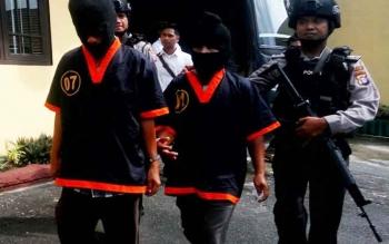 Dua pengedar sabu asal Pontianak, H Soleh dan H Maki saat digiring polisi menuju lokasi jumpa pers