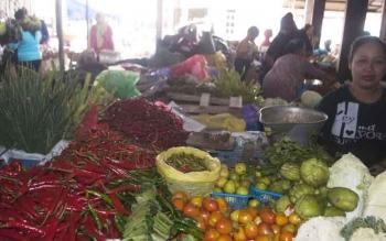Aktivitas pedagang sayur dan bahan pokok lainnya di Pasar Pendopo, Muara Teweh, Kabupaten Barito Utara.