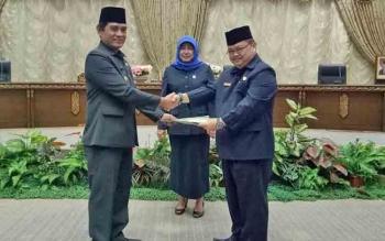 Wakil Bupati Barito Utara Ompie Herby menyerahkan naskah Raperda Pengangkatan dan Pemberhentian Perangkat Desa kepada DPRD