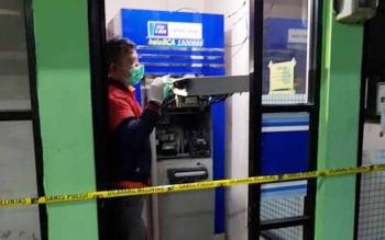 Polisi tengah mengidentifikasi mesin ATM BCA di Sampit yang dibobol pencuri, Senin (12/6/2017).