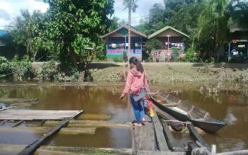Pemukiman warga pinggir sungai di Kabupaten Mura. Sementara itu minimnya fasilitas serta infrastruktur membuat banyak tenaga kesehatan yang memilih mengundurkan diri karena tidak sanggup bertugas di Murung Raya.