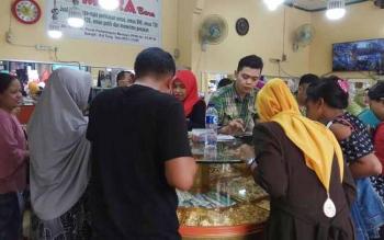 Pengunjung saat memadati toko perhiasan emas di PPM, Sampit, Senin (12/6/2107)