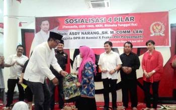 Sigit K Yunianto, Ketua DPRD Kota Palangka Raya secara simbolis menyerahkan bantuan kepada anak panti asuhan, Senin (12/6/2017)