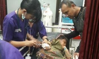 Kapolres Barito Timur AKBP Raden Petit Wijaya (kanan) mendampingi Samudera saat anak diduga korban perudungan itu mendapatkan tindakan medis di RSUD dr Doris Sylvanus Palangka Raya, Senin (12/6/2017).