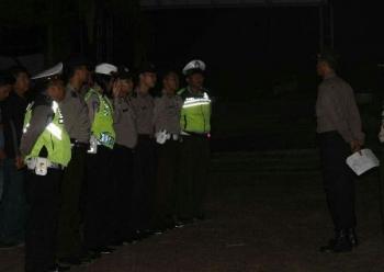 Anggota Polres Lamandau bersiap melakukan kegiatan Cipta Kondisi, di Jalan Trans Kalimantan, Senin (12/6/2017) malam.
