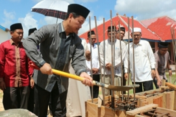 Wakil Bupati Lamandau Sugiyarto saat peletakan batu pertama pembangunan Masjid Darussalam, di Desa Purwareja, Kecamantan Sematu Jaya, beberapa waktu lalu.