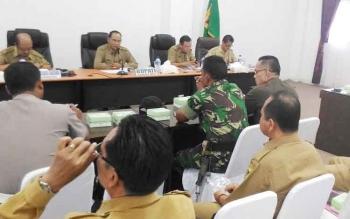 Bupati Gunung Mas Arton S Dohong (dua kiri) memimpin rapat persiapan hari jadi Kabupaten Gunung Mas di ruang rapat lantai I kantor bupati, Selasa (13/6/2017).