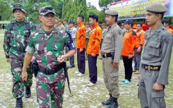Danrem 102/Pjg Kolonel Arm M Naudi Nurdika memeriksa pasukan pada Apel Kesiapan Latihan Penanggulangan Bencana Alam di halaman Korem, Kota Palangka Raya, Selasa (13/6/2017).