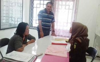 Rusna Ningsih tersangka penjual zenith saat diperiksa jaksa Kejari Kotim.
