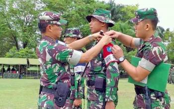 Danrem 102/Pjg Kolonel Arm M Naudi Nurdika menyematkan tanda peserta pada Apel Persiapan Latihan Penanggulangan Bencana Alam, Selasa (13/6/2017).