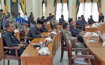 sejumlah anggota DPRD saat mengikuti rapat paripurna, beberapa waktu lalu.