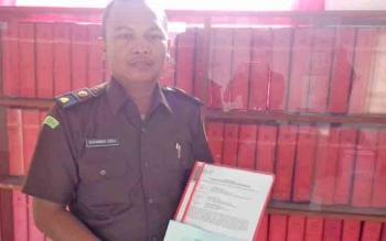 Petugas Kejari Kotim menunjukkan bukti penyetoran uang titipan dari tersangka dugaan korupsi drainase bandara H Asan Sampit.