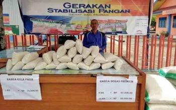 Bulog Buntok menjual beras dan gula serta bawang putih.