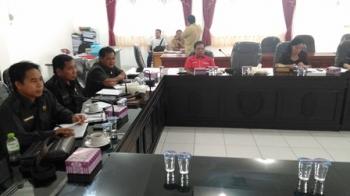 Jajaran Komisi III DPRD Kabupaten Gunung Mas menggelar rapat dengan Disdikbud dan Disparpora, Selasa (13/6/2017).