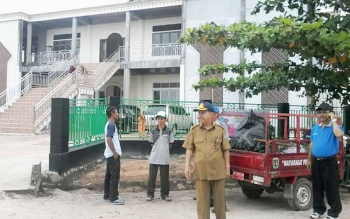 Sejumlah warga Kasongan bergotong-royong di Masjid Baitul Yaqin sekitar Jembatan Kasongan menyabut kedatangan Gubernur Kalteng besok.