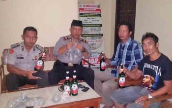 Kapolsek Balai Riam, Iptu Jampi Silaban saat memeriksa miras yang berhasil disita dalam Operasi Miras.