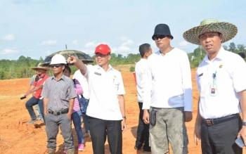 Bupati Mura, Perdie M Yoseph saat meninjau lokasi pembangunan pabrik pengolahan karet di Desa Muara Bumban, Kecamatan Murung, beberapa waktu lalu.