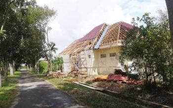 Salah satu rumah dinas di dikomplek Bungalow I yang dilakukan perbaikan.