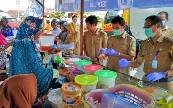 Sejumlah petugas saat mengambil sampel makanan di Pasar Wadai Ramadan, beberapa waktu lalu.