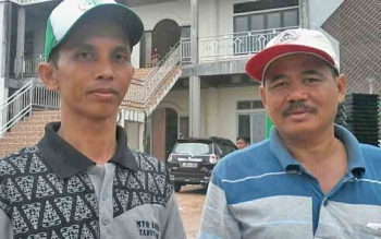 Ketua Badan Pengelola Masjid Baitul Yaqin Kasongan, Ustadz Almujahidin (kiri) dan bendahara Iwan.