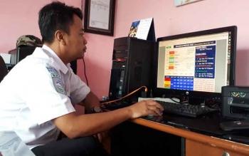 Kepala BMKG, Nur Setiawan saat memperlihatkan kondisi gambaran cuaca di Kotim, Selasa (13/6/2017)