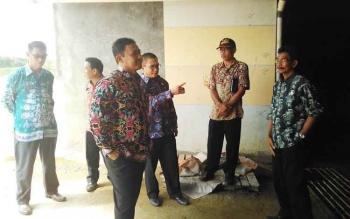 Bupati Pulang Pisau Edy Pratowo saat meninjau kondisi terakhir kantor bupati baru belum lama ini.