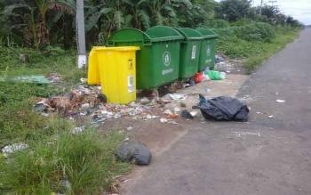 Kondisi bak sampah yang disiapkan Dinas Lingkungan Hidup di jalan Abel Gawei, Selasa (13/6/2017)