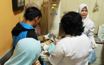 Perawat dan dokter RSUD Dr Murjani Sampit, sedang berusaha merawat bayi yang ditemukan dalam closed toilet City Mall, Selasa (13/6/2017).