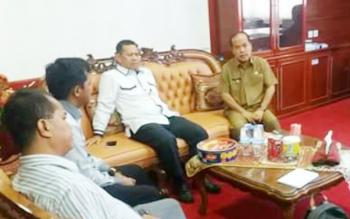 Wakil Bupati Mura Darmaji bertemu dengan anggota KPU untuk menjadwalkan pelaksaan penandatanganan Naskah Perjanjian Hibah Daerah, Selasa (13/6/2017) lalu.