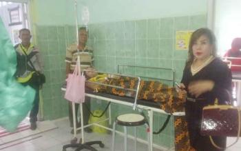 Ketua Fraksi PDIP DPRD Kabupaten Kapuas, Murniwaty saat menjenguk salah satu keluarganya yang masuk rumah sakit.