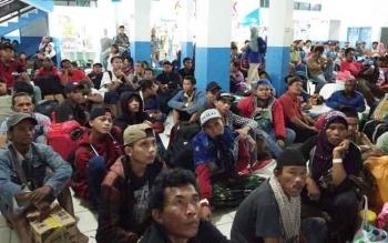 Sejumlah penumpang sedang duduk di terminal Pelabuhan Sampit, sambil menunggu jadwal embarkasi, Rabu (14/6/2017) dini hari.