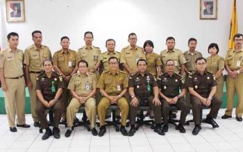 Kepala Dinas PUPR Kalteng Leonard S Ampung berserta jajarannya dan jaksa dari Kejaksaan Tinggi seusai menyaksikan penandatanganan puluhan perjanjian kontrak pekerjaan, Selasa (13/6/2017).