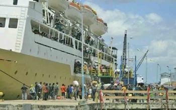 Ratusan penumpang kapal bersiap naik ke atas kapal yang berlabuh di Pelabuhan Panglima Utar, Kumai.