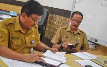 Plt Kepala Dishub Kalteng, Kasturi didampingi salah satu kepala bidang satt diwawancarai di kantornya