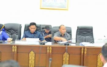 Anggota DPRD Kabupaten Barito Utara Purman Jaya menyampaikan pendapat mengenai jaminan reklamasi saat rapat dengan pihak eksekutif, Rabu (14/6/2017).