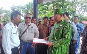 M Jais K saat menyerahkan berkas pendaftarannya sebagai ketua DAD Kotim.