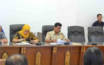 kKtua Komisi III DPRD Barito Utara Tajeri saat menyampaikan pendapatnya mengenai PT AGU pada rapat mengenai jaminan reklamasi bersama pemerintah daerah