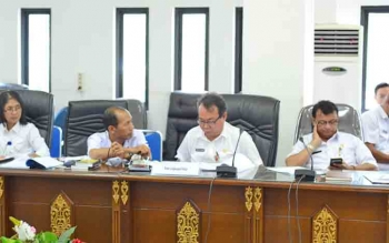 Kepala Dinas Lingkungan Hidup sekaligus mantan Kepala Dinas Pertambangan dan Energi Kabupaten Barito Utara, Irsuriawan Prihandi saat menerangkan mengenai izin perkebunan dan pertambangan