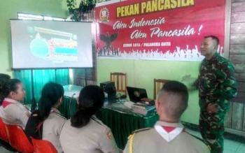 Anggota Kodim 1016 Palangka Raya memberikan materi nilai-nilai Pancasila pada kegiatanm Pekan Pancasila, Rabu (14/6/2017)